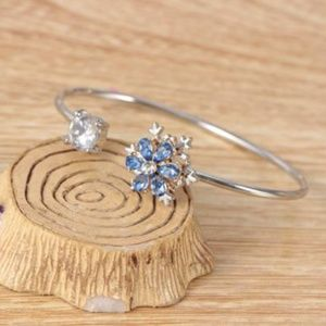 Jewelry - NEW spinning snowflake adjustable cuff